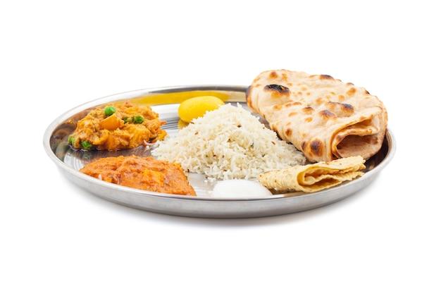Thali cibo tradizionale indiano tradizionale