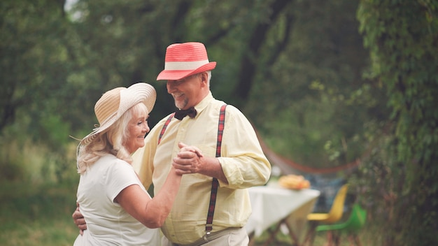 The old lady and gentleman dancing in the garden7