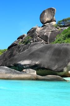 The sailing rock, similan national park vicino a phuket in thailandia