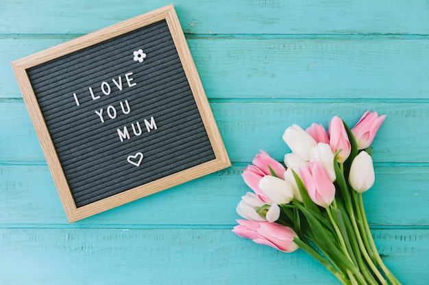 Ti amo iscrizione mamma con bouquet di tulipani