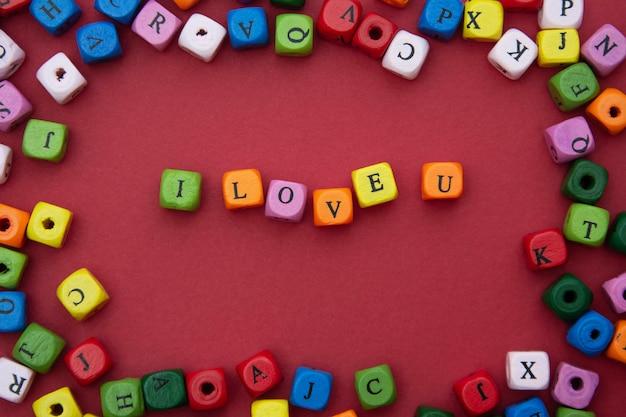Ti amo parola, scritte sul rosso. san valentino, amicizia, festa della mamma. parola di amore di blocchi colorati.