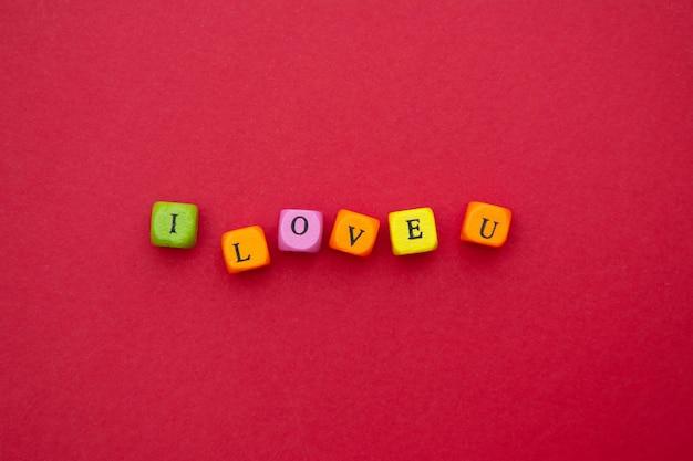 Ti amo parola, scritte sul rosso. san valentino, festa della mamma. blocchi colorati