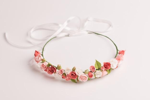 Tiara con fiori fatti a mano su uno sfondo bianco