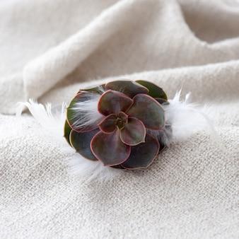 Tiara di rose artificiali su legno.