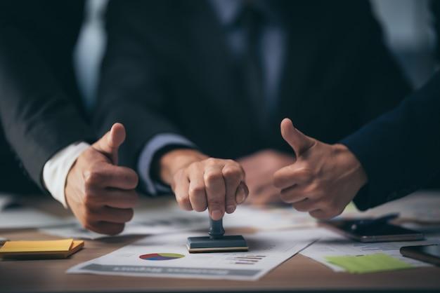 Timbro commerciale approvato, documento di permesso e concetto di certificato