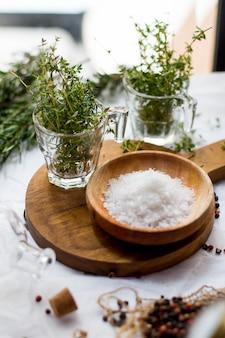Timo e sale marino sulla tavola di legno
