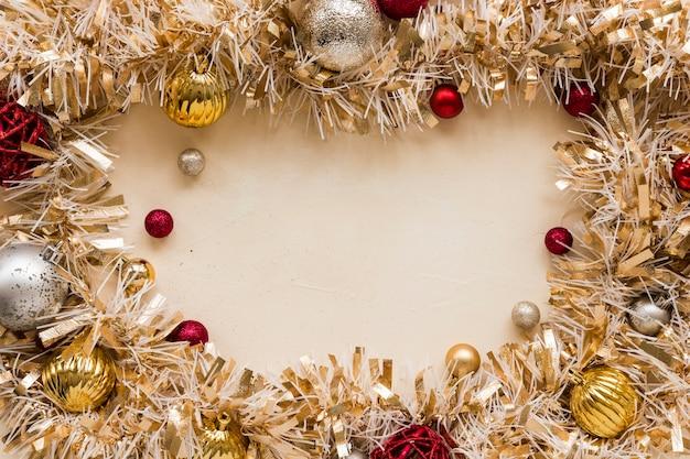 Tinsel decorativo oro con sfere ornamentali