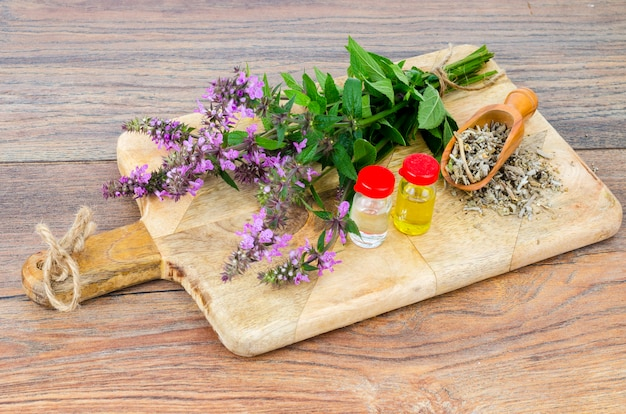 Tintura farmaceutica, estratto di erbe selvatiche, fiori medicinali in bottiglie mediche