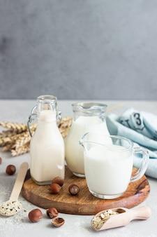 Tipi alternativi di latte in bottiglie di vetro. latte non vegano vegano.