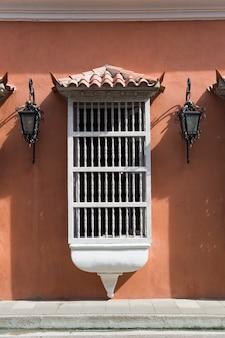 Tipica finestra coloniale latinoamericana a cartagena, colombia
