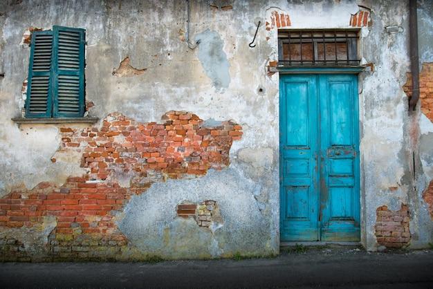 Tipica porta in legno vintage