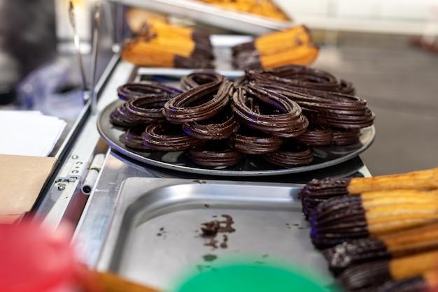 Tipici churros spagnoli immersi nel cioccolato.