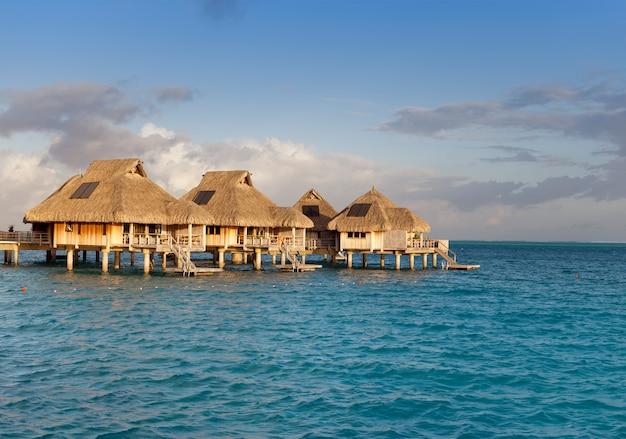 Tipico paesaggio polinesiano - piccole case sull'acqua.
