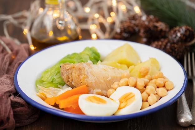 Tipico piatto portoghese di baccalà con uovo sodo e verdure