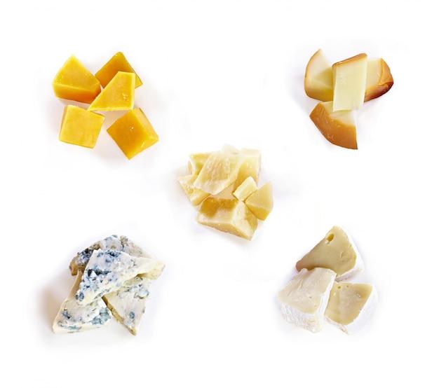 Tipo differente di formaggio con miele, uva, noci su fondo bianco. vista dall'alto. fette di formaggio blu, formaggio cheddar, parmigiano, maasdam e brie