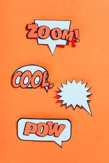 Tipo differente di testo di espressione sulla bolla di discorso sopra una priorità bassa arancione