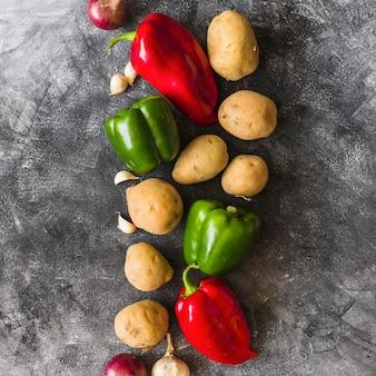 Tipo differente di verdure su priorità bassa concreta macchiata