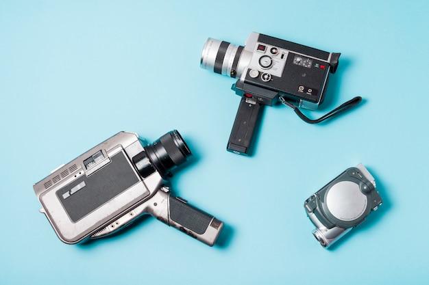 Tipo differente di videocamera portatile su priorità bassa blu
