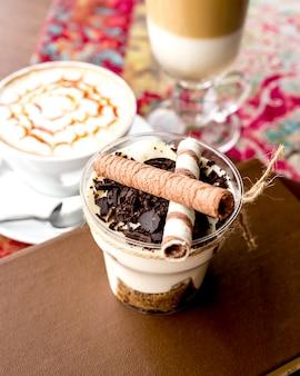 Tiramisù del dessert di vista laterale con i rotoli del wafer