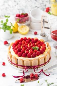 Tiramisù di lamponi con fiocco rosso decorato con cagliata di limone