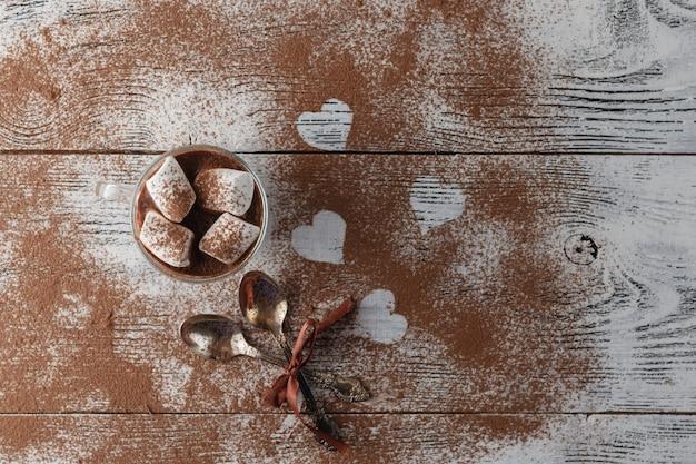 Tiramisù italiano tradizionale del dessert decorato con cacao. su un tavolo bianco il cuore del cacao