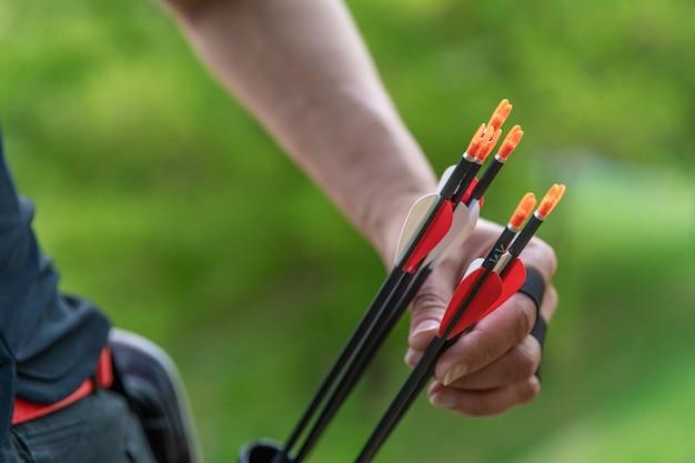 Tirando una freccia fuori dalla fondina nelle corse di tiro con l'arco