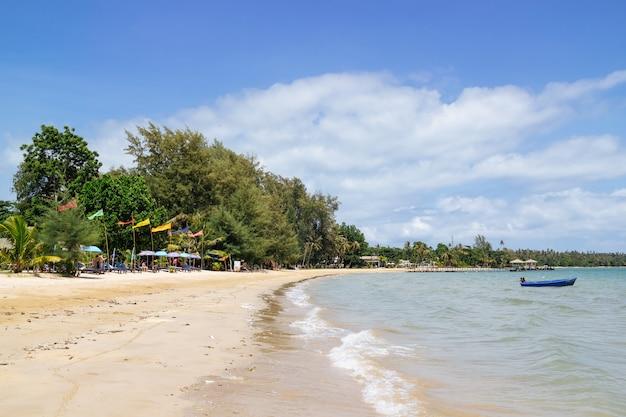 Tiri con l'onda commovente del mare con il cielo e le nuvole luminosi blu in koh mak island a trat, tailandia.
