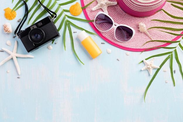 Tiri gli accessori in secco su fondo blu per il concetto dell'estate