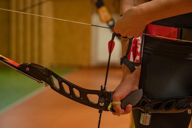 Tiro con l'arco sportivo nel poligono di tiro, competizione per il maggior numero di punti per vincere la coppa