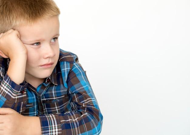 Tiro dello studio emozionale della corsa della gente di infanzia del bambino