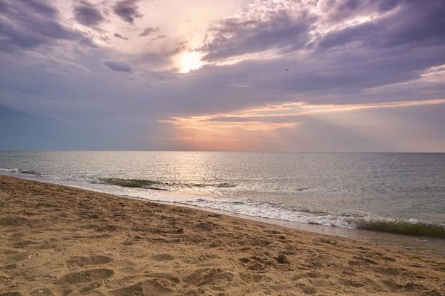 Tiro di tramonto della spiaggia e di tramonto. cielo drammatico con nuvole