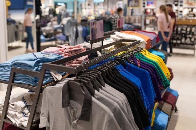 Tiro interno di rack con camicie e magliette