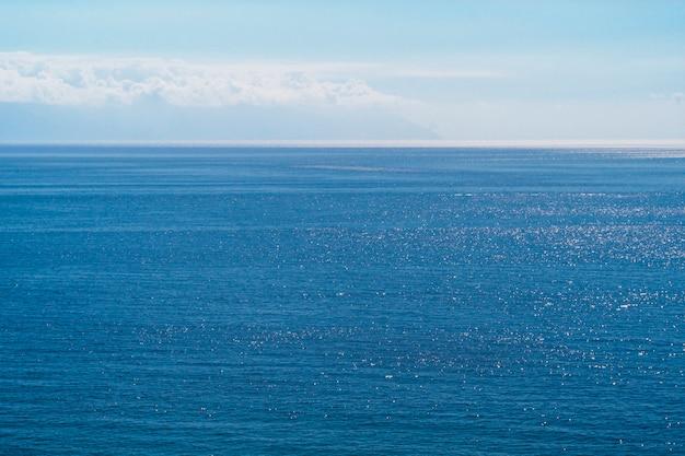 Tiro lungo di acqua di mare cristallina