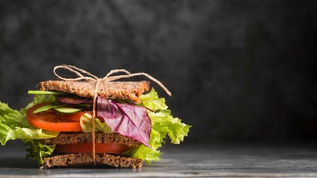 Toas sandwich sul tavolo