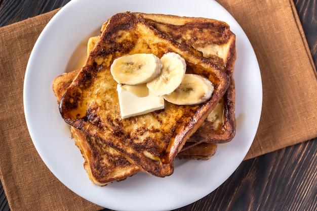 Toast alla francese con fette di banana e burro