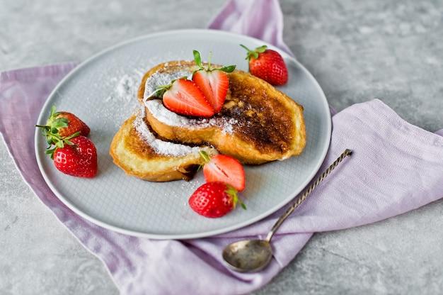 Toast alla francese con fragole.