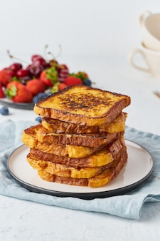 Toast alla francese con frutti di bosco