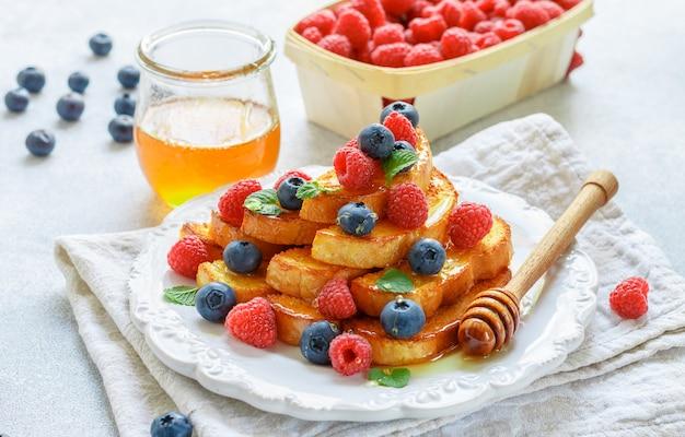 Toast alla francese con miele e frutti di bosco freschi