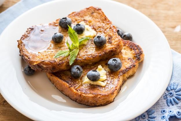 Toast alla francese con mirtilli e sciroppo d'acero