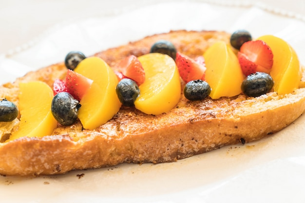 Toast alla francese con pesche, fragole e mirtilli