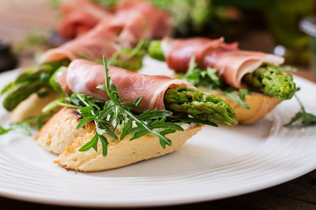 Toast con asparagi, rucola e prosciutto.