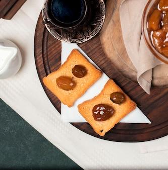 Toast con confettura di fichi e un bicchiere di tè nero.