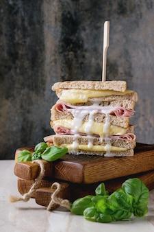 Toast con formaggio e prosciutto