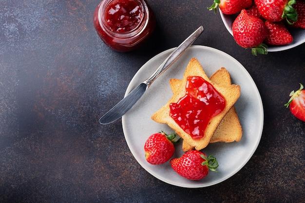 Toast con marmellata di fragole