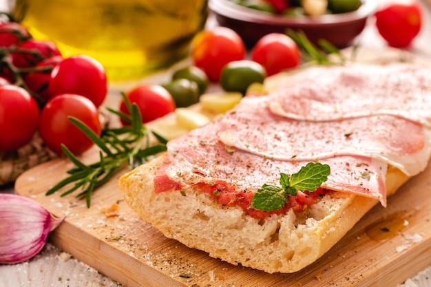 Toast con olio di prosciutto e pomodoro