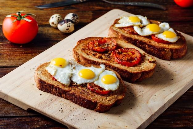 Toast con pomodori e uova