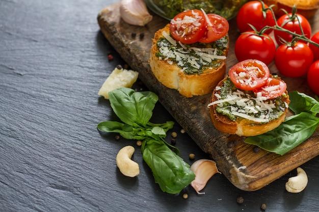 Toast con salsa al pesto e pomodori