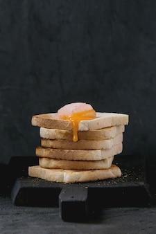 Toast con tuorlo sul nero