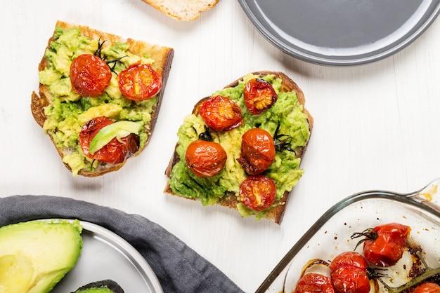 Toast di avocado e pomodori arrostiti
