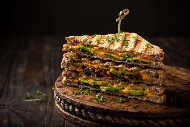 Toast di avocado salato per pranzo